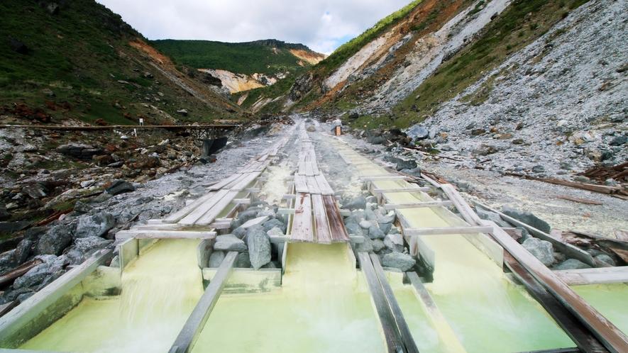 ■薬湯たる所以_強酸性ならではの引湯風景。単一の湧出口での温泉湧出量としては日本一を誇ります!