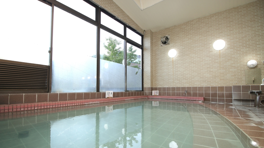 ■温泉_男女別の内湯は広々浴槽に惜しげもなく流れ出る源泉かけ流し。熱めの湯で体の芯から温まります。