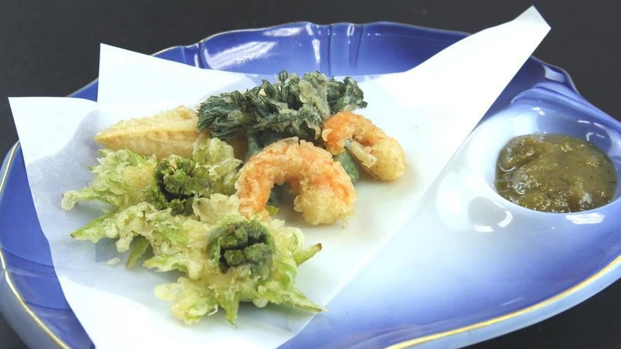 ■ご夕食一例・期間限定 イメージ_時期が合えば天ぷらにもたっぷりと山菜が♪山の恵みをお楽しみください