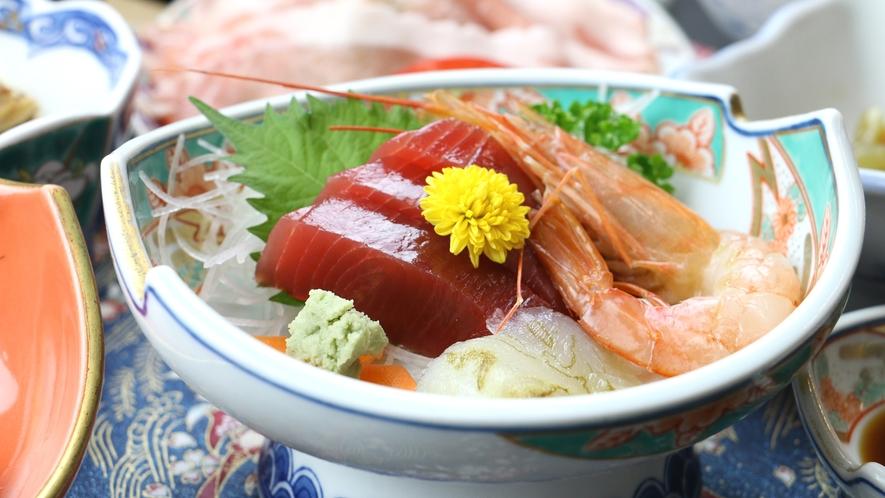 ■ご夕食一例・豚しゃぶコース_お造りや旬の山菜、郷土料理など季節の食材を使用した和食膳です。