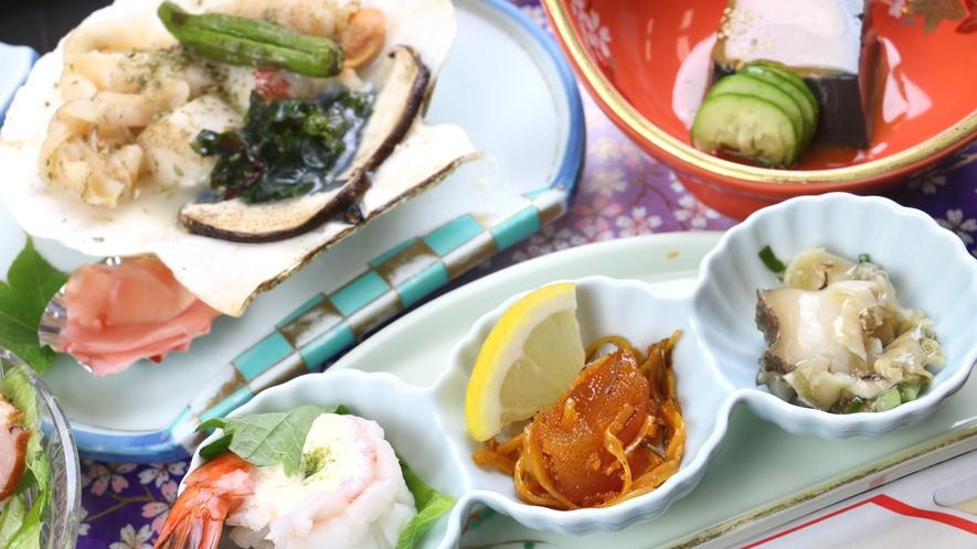 ■ご夕食一例・福島牛コース_珍味が並ぶ前菜やホタテの磯焼きなど季節の食材が並びます。
