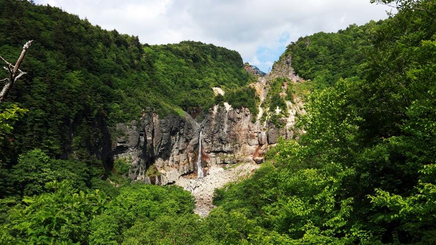 ■周辺観光/白糸の滝_硫黄高山の跡地から湧き出た温泉水が一筋の湯の滝になって流れ落ちる景色は絶景!