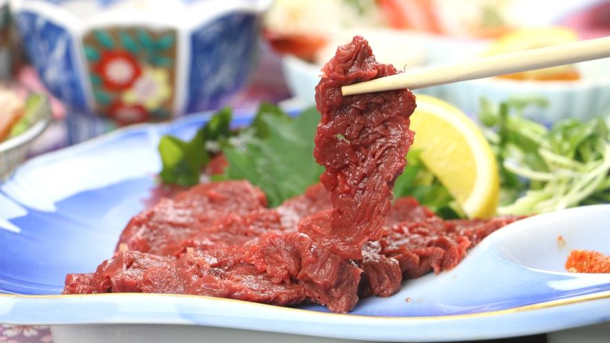 ■ご夕食一例・馬刺しコース_館主が厳選した「馬刺し」は柔らかく特製の辛みそと醤油で頂くと格別!
