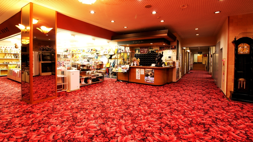 ■館内_赤い絨毯が『ザ・昭和』な雰囲気!正統派温泉旅館をお楽しみください。