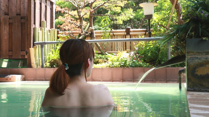 ■温泉_文化継承として露天風呂は混浴スタイル。安達太良山を眺めながら薬湯に癒やされましょう。