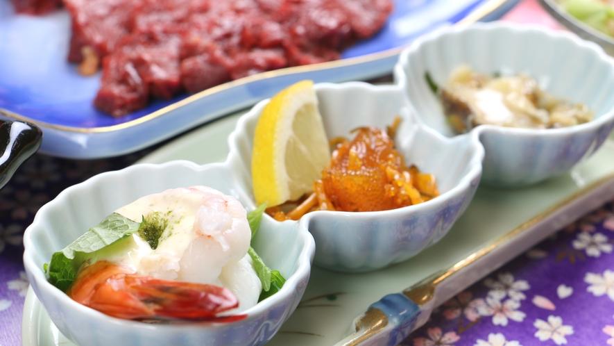 ■ご夕食一例・馬刺しコース_珍味が並ぶ前菜やホタテの磯焼きなど季節の食材が並びます。