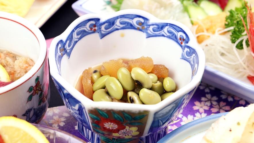 ■ご夕食一例・イメージ_郷土の手料理も取り入れた和食膳でおもてなし