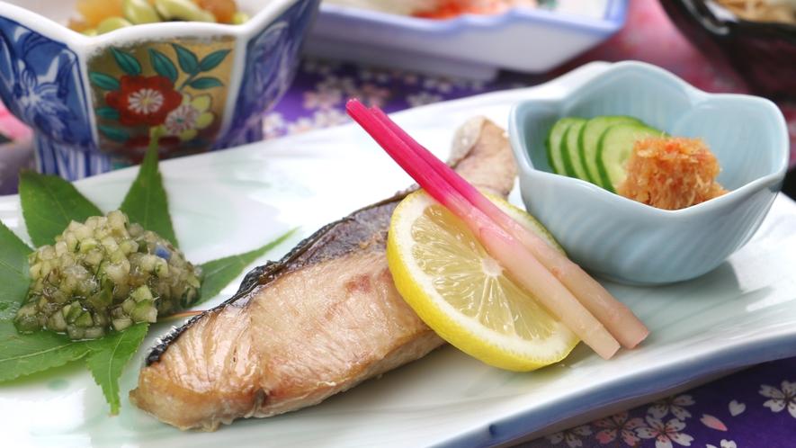■ご夕食一例・福島牛コース_ぶりの塩焼きや手作りダシ、かに味噌和えなど季節で変わる和食膳とともに。