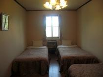 シングルベッドが3台入っています。