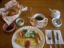 朝食のパンはおかわり自由。この日はメープルパンと紅茶のパン