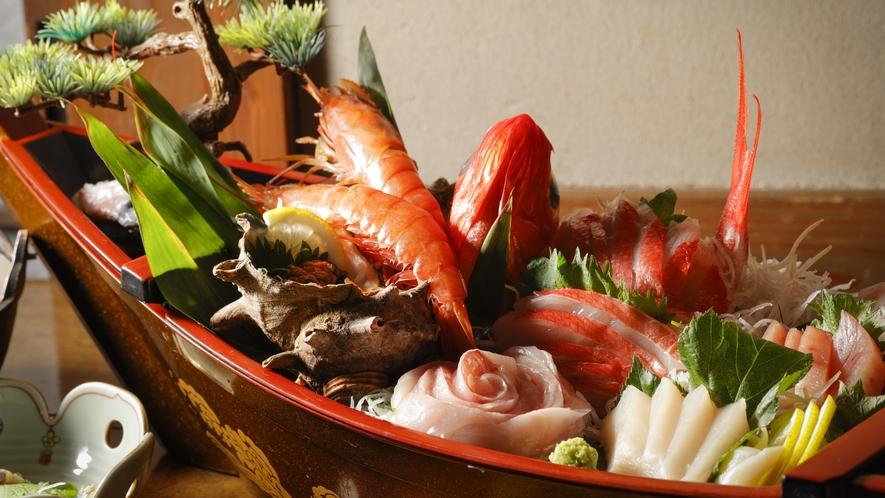 【舟盛】伊豆で獲れた新鮮な魚介類を中心とした豪華絢爛な舟盛