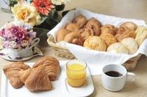 毎朝の『焼き立てパン』と『ドリンク』は無料サービス