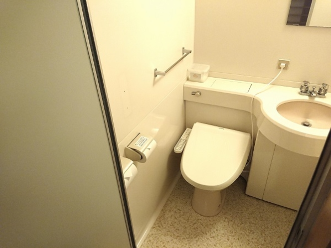 男性(女性)浴場の脱衣所内にお手洗いがございます。