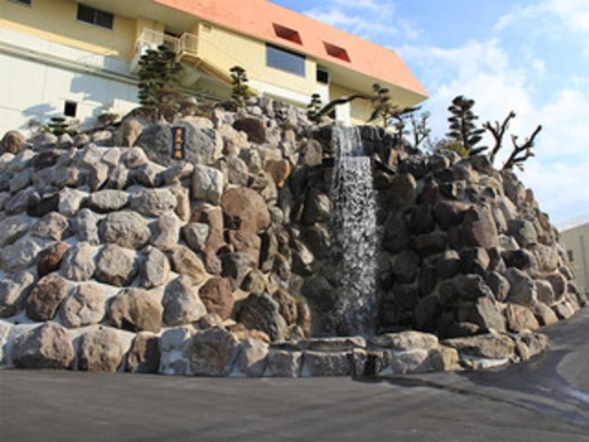 【豊洗乃滝】高さ14mの滝がお出迎え