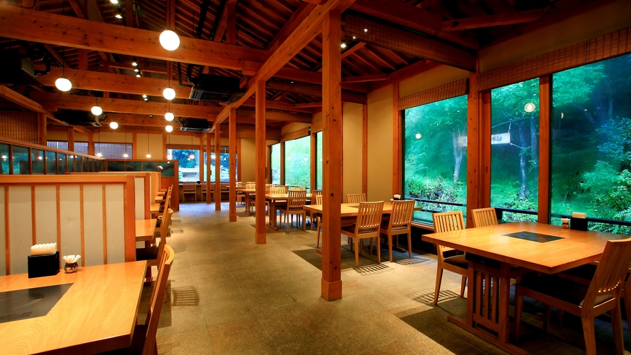 【お食事処:海つばき】広々とした空間で、ゆっくりとお食事ををお楽しみください。