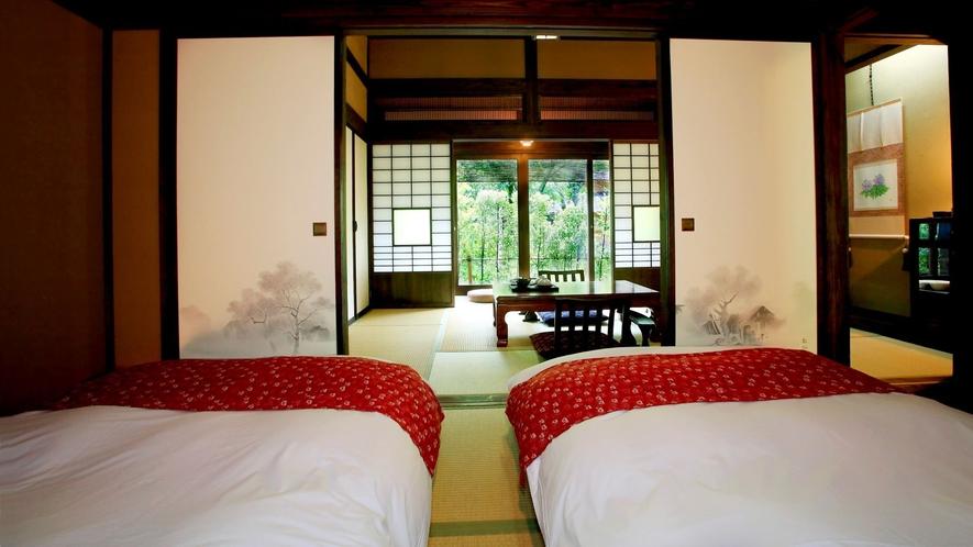 【離れ竹ぶえ】マットレスタイプのローベッドを2台設えた寝室。 写真説明