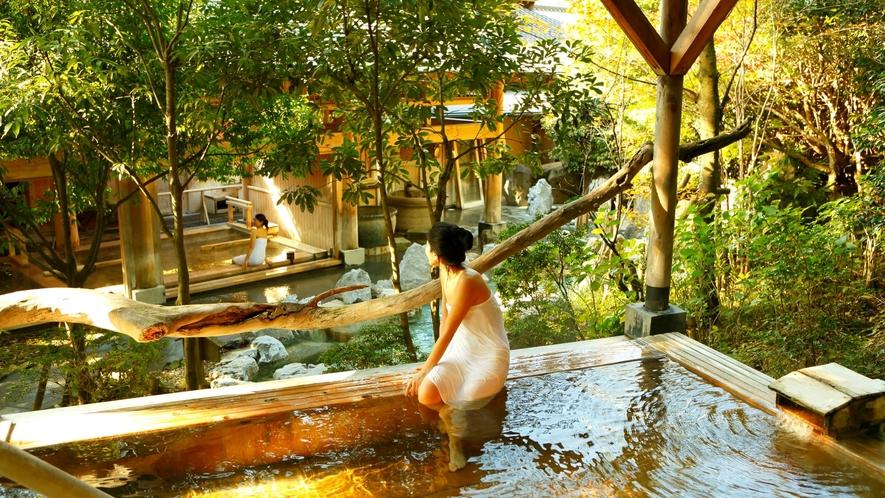 【大浴場:檜露天風呂】源泉かけ流しの檜露天風呂。高アルカリ性で通称「美肌の湯」と呼ばれる。