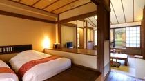 【旅籠 八幡野】小上がりのフローリングに、ローベッドを2台設えた寝室。