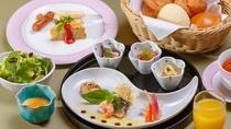 【朝食:洋食】洋食は温かいパンと小鉢をご用意。お一人様ごとに和食、洋食よりご選択。