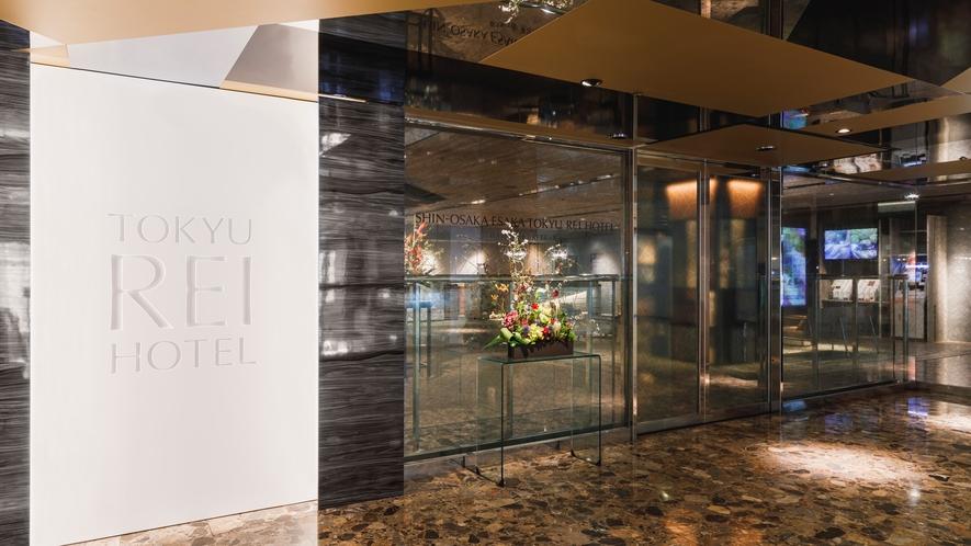 【道順⑨】エレベーターかエスカレータで2階へお越しください。ホテル到着です!