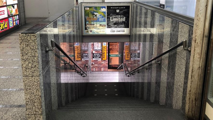 【道順⑥】右側を見ると1階へ降りる階段発見!降りたら突き当り右へ