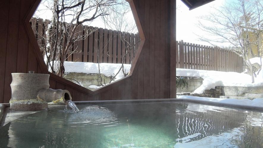 草津の冬景色は12月頃~3月頃まで。雪の露天風呂をお愉しみください。