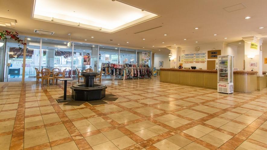 プール&温泉館「テルメテルメ」は、落葉松に囲まれたホテルの敷地内にあります。
