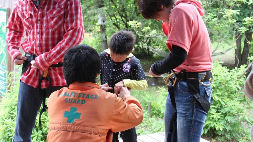 草津フォレストステージは、ハーネスの装着とスタート前の安全講習から始まります。