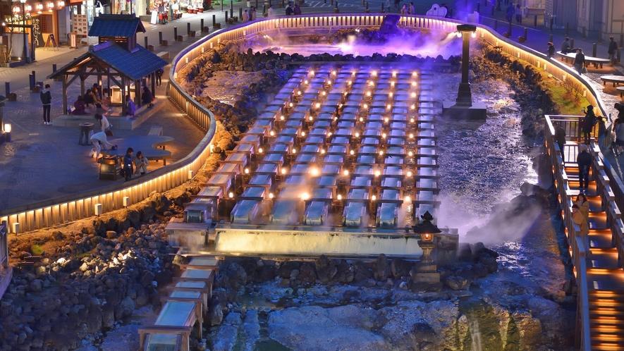 草津温泉の湯畑では、夜のライトアップをお楽しみいただけます。