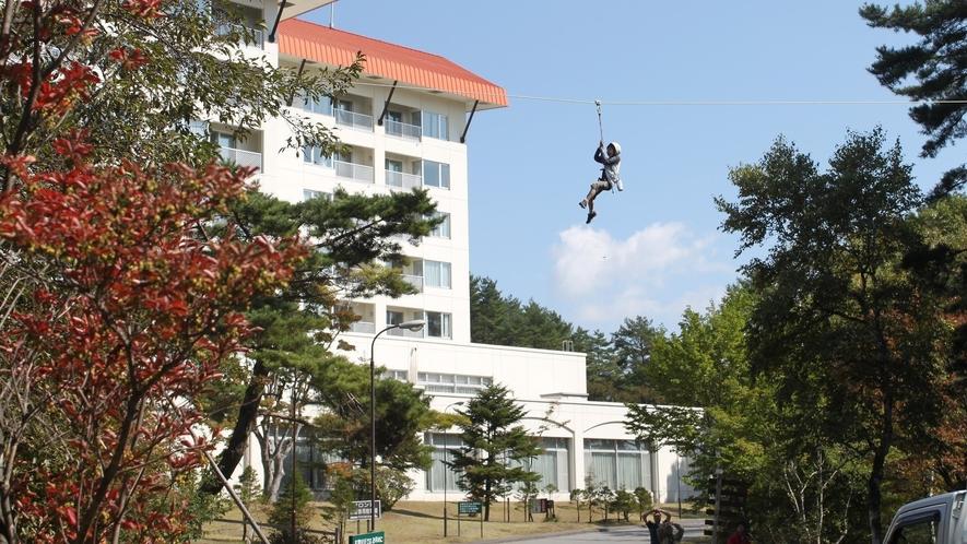草津フォレストステージのマスターステージのジップスライダーは最大100メートルです。