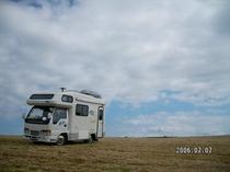 牧草畑とキャンピングカー