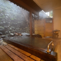 湯畑から徒歩1分の好立地の為、空気中で泉質を劣化をさせる事なく、良質の状態で湯船へ注がれております。