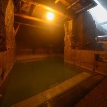 屋外岩風呂 岩戸の湯 ■洞窟風呂 瞑想しながらのデトックス入浴におすすめです。
