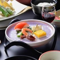 日本旅館のしきたりに習いお部屋にてお召し上がり頂けます。