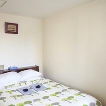 *【客室例】ダブルルーム。広いベッドでのびのび寛ぐ。