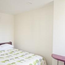 *【客室例】ダブルルーム。カップル・ご夫婦で広々ベッドにのん〜んびり。