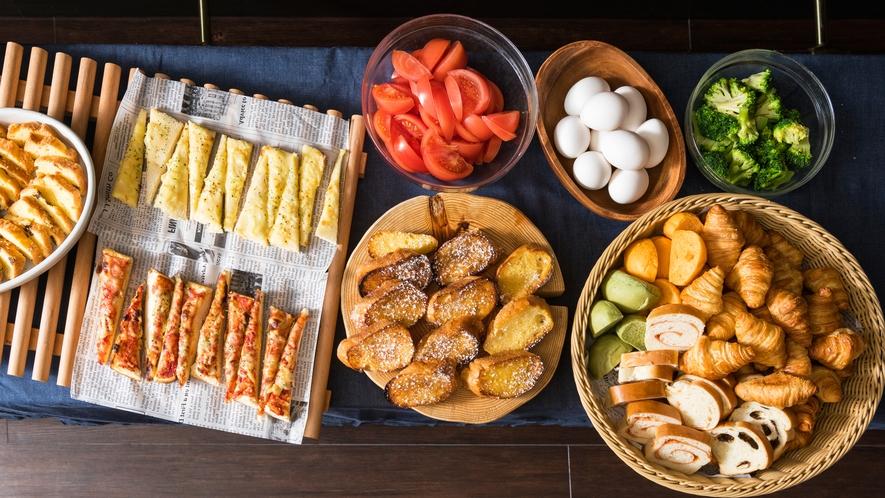 クロワッサンやフレンチトーストなど、5種類以上のパンをご用意しております。