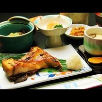 【和Aコース】日替わり焼き物付きです。旬の魚を使っています。