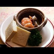 人気のアヒージョ 海鮮の旨みが染み込んだオイルをトーストにつけてどうぞ♪