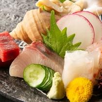 マグロ、鯛、はまちなどお造り5品盛り合わせ< 佐渡ごっつぉ~SADO~ >