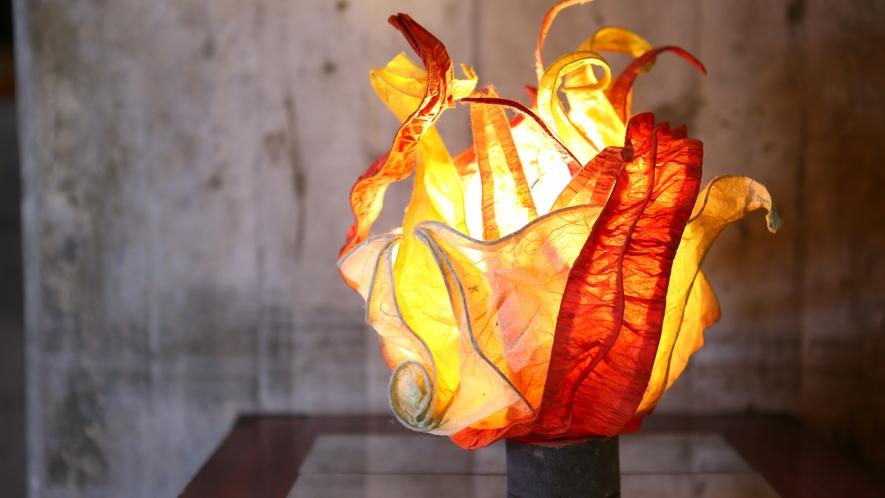 【ラウンジ】幻想的な和紙のアートランプが館内あちこちに置かれています