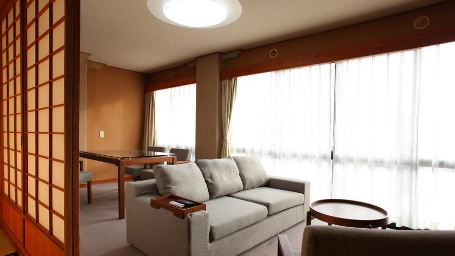 【8畳+リビング付】大きなソファーでゆったりテレビを見たり、様々な過ごし方でおくつろぎください