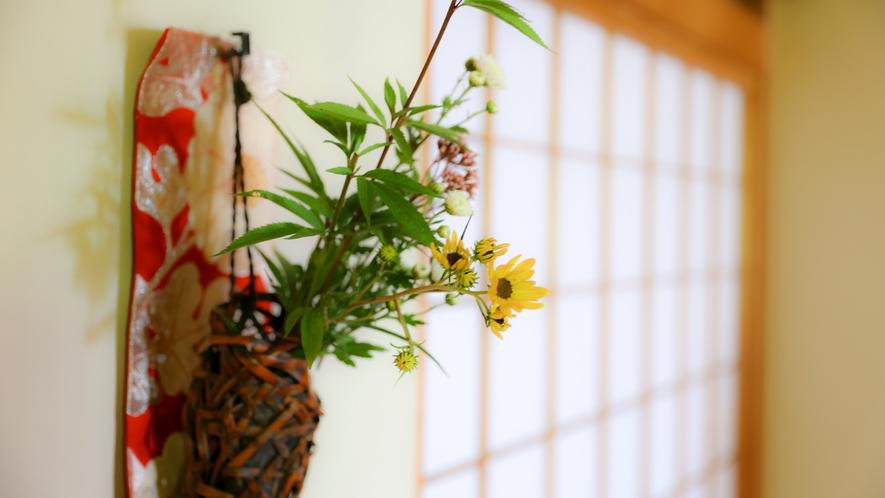 廊下には、季節の花をしつらえて