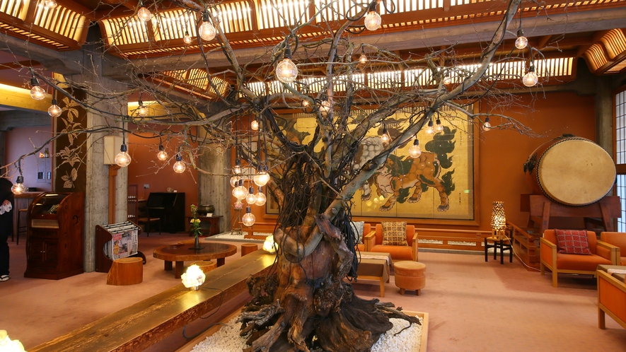 メインロビー リンゴの木のアートインスタレーション 花道家 上野雄次氏の手によるモニュメントです