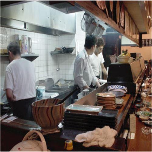 【浪速料理つむら】店内はオープンキッチンの炉端スタイルです!