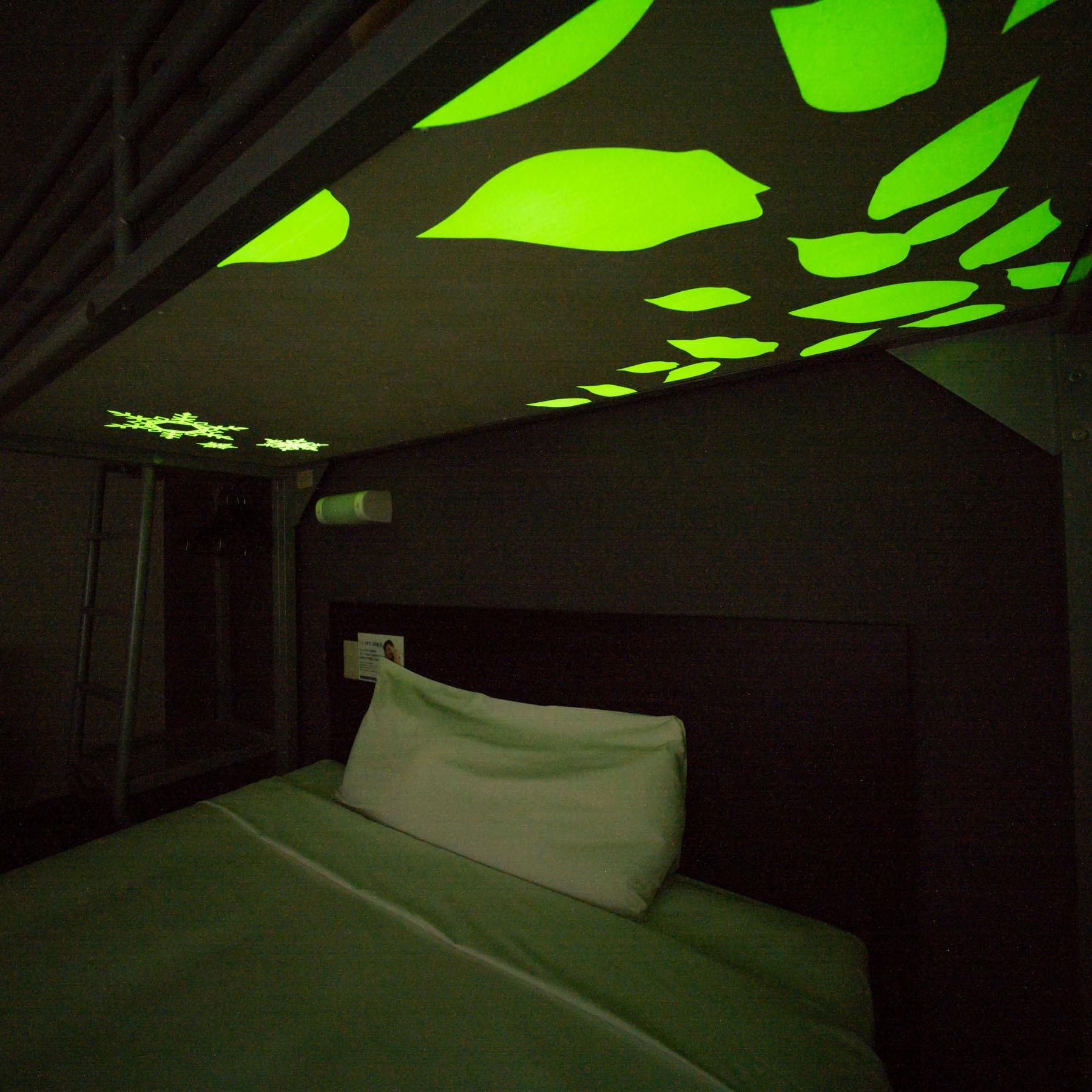 スーパールームのロフトベッドの天板は、リラックス効果のある蓄光デザインパネルで安眠♪