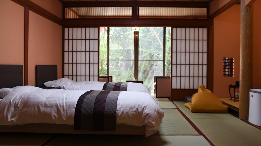 バリアフリー客室で、シモンズ社製のベッド2台設置。※3名様利用時、1名分はお布団で対応[山茶亭/葵]