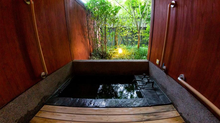 【山茶亭/葵】自然や豊かな空間を楽しめる内風呂を備えております。