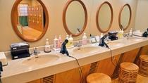 大浴場【滝見の湯】湯上りにお化粧や整髪など、ゆったりとしたスペースで利用いただけるパウダールーム
