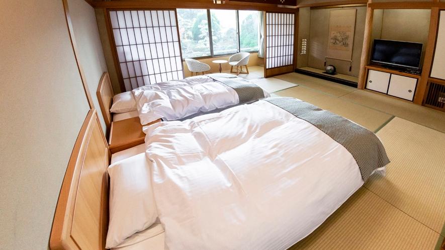 【本館/和モダン】和室のお部屋にシモンズ製のベッドを2台セットしております。